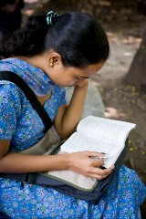 10 Sep 2007, Pune, India --- India, Pune (MR) Modern Indian female university student sitting, reading a book in an outdoor setting. --- Image by © Amanda Koster/Corbis