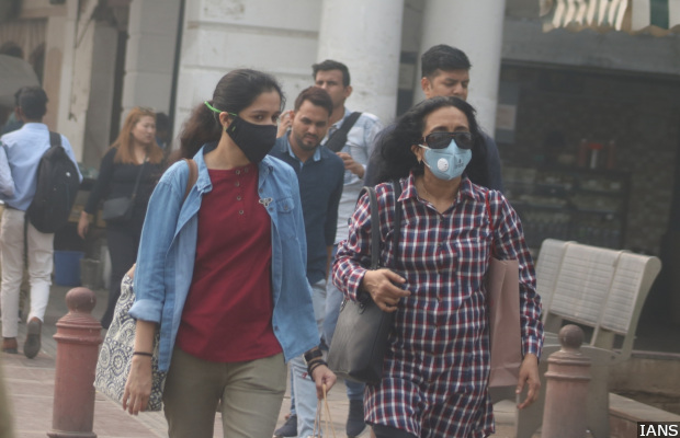 New Delhi: People wear masks to protect themselves from pollution as smog engulfs New Delhi, on Nov 5, 2018. (Photo: IANS)