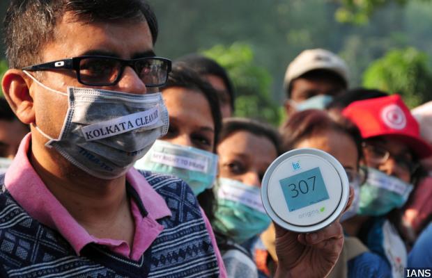 Kolkata: People wearing masks participate in an awareness rally on pollution in Kolkata on Dec 9, 2018. (Photo: IANS)