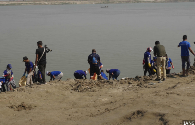 Patna: Activists of team 'Mission Gange' participate in a cleanliness drive at the banks of Ganga river, under the 'Namami Gange Programme', in Patna on Oct 30, 2018. (Photo: IANS)