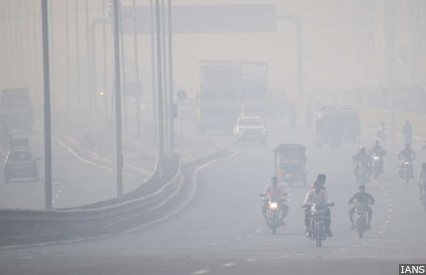 Mathura: A view of the busy Delhi-Agra highway engulfed in smog, in Mathura on Oct 24, 2018. (Photo: IANS)