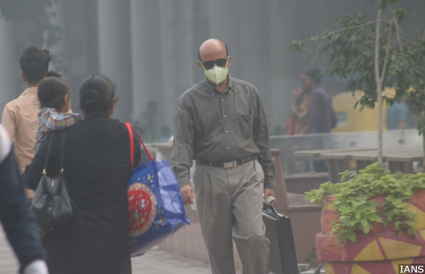 New Delhi: A man wears a mask to protect himself from pollution as smog engulfs New Delhi, on Nov 5, 2018. (Photo: IANS)
